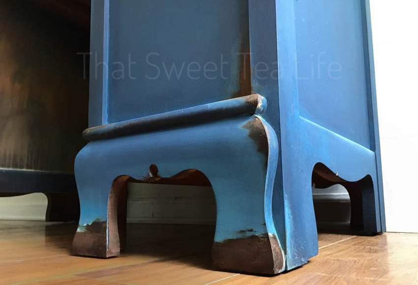 RUSTIC Paint rusty blue feet- Using my Wise Owl Chalk synthesis Paint and favorite Authentic Patina kit I created this OUT OF THIS WORLD Finish inspired by a rusty old blue Chevy #DIYRusticDecor #DIYRusticPaint #RusticPaintFinish #ThatSweetTeaLife #FauxFinish #furniturerestoration #furnituremakeover #upcycledfurniture #refurbished #handpainted via @thatsweettealife